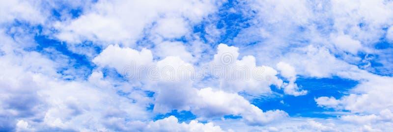 全景天空和动乱的预兆在夏时美好的背景中与拷贝空间增加文本 免版税库存图片