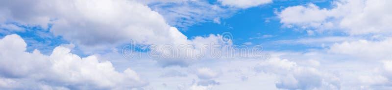 全景天空和动乱的预兆在夏时美好的背景中与拷贝空间增加文本 库存图片