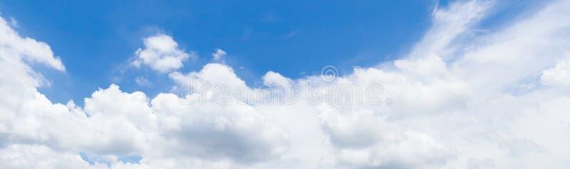 全景天空蔚蓝和云彩夏令时美好的背景 库存照片