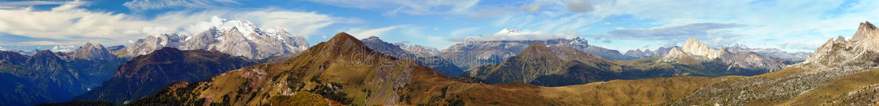 全景对塞利亚河gruppe和马尔莫拉达山,白云岩阿尔卑斯山,意大利的Passo Giau 图库摄影