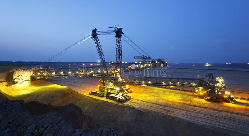 全景巨型桶轮子挖掘机在晚上 免版税库存照片