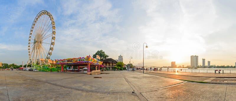 全景弗累斯大转轮游乐场在ASIATIQUE河边区购物公园 库存图片