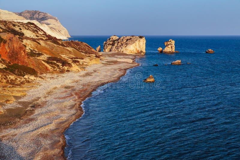 全景日落风景Petra tou Romiou (岩石希腊语),Aphrodite& 39;s传奇出生地在帕福斯,塞浦路斯 免版税库存照片