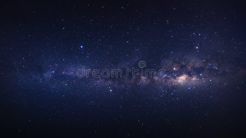 全景明显地与星的银河星系和空间在t拂去灰尘 免版税图库摄影