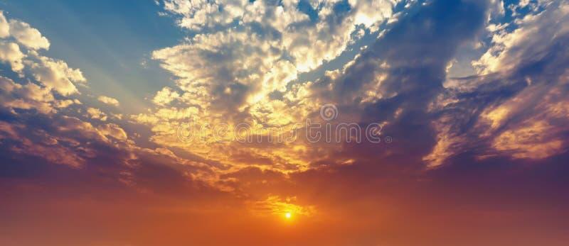 全景暮色天空和云彩和太阳发光 免版税库存图片