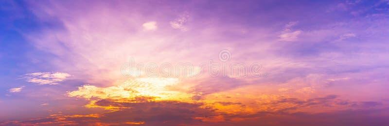 全景暮色异乎寻常的天空背景 免版税库存图片