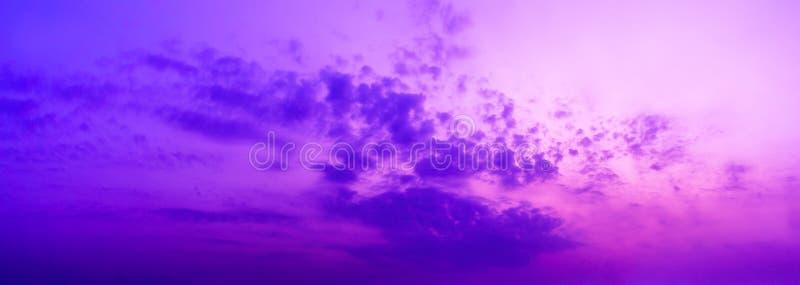 全景暮色紫色天空和云彩背景  免版税库存图片
