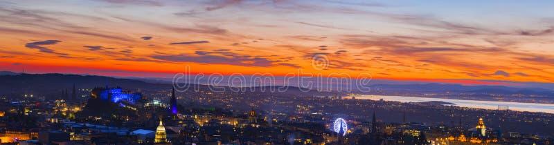 全景有美丽的橙色日落天空的爱丁堡市 免版税库存照片
