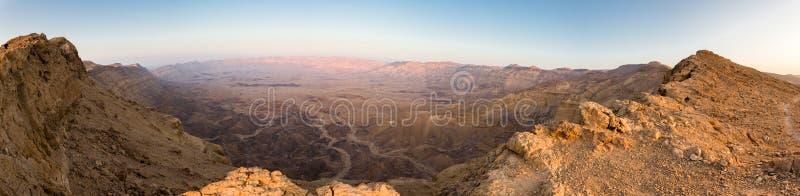 全景沙漠火山口山土坎,内盖夫以色列 库存图片