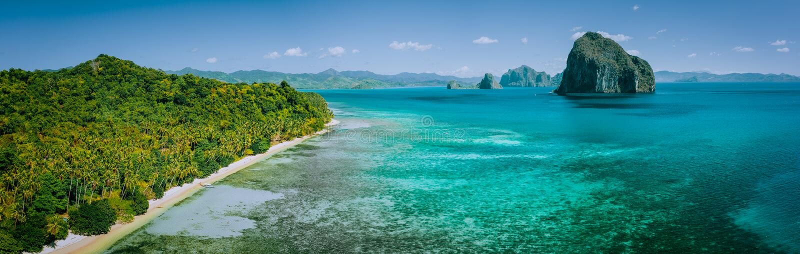 全景沿海风景寄生虫鸟瞰图从大陆巴拉旺岛的与天际的热带Pinagbuyutan海岛 库存图片
