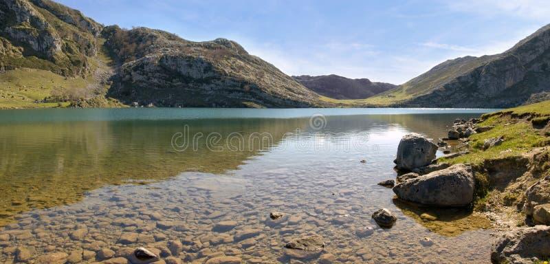全景湖的山 库存照片