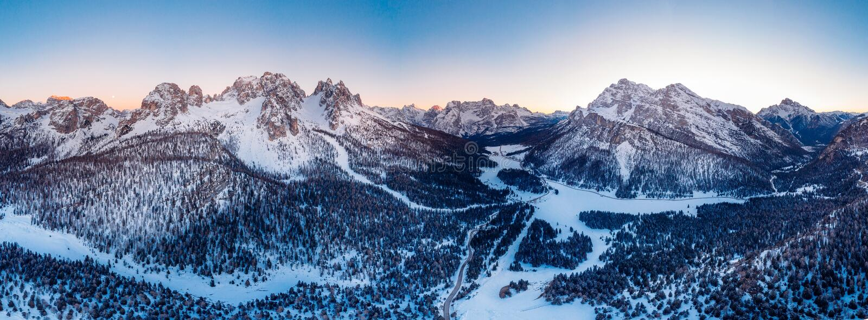 全景照片Misurina湖Lavaredo波尔扎诺自治省,意大利日落三峰顶  r 免版税图库摄影