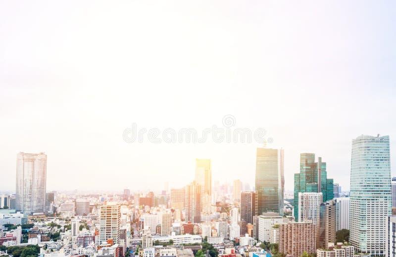 全景现代从东京塔的城市地平线鸟眼睛鸟瞰图在剧烈的日出和早晨蓝天下在东京,日本 免版税图库摄影