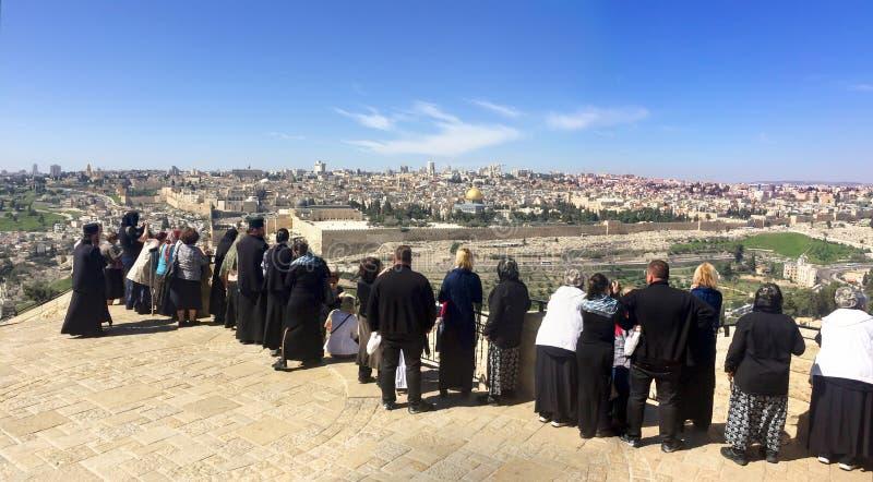 全景的旅游人对耶路撒冷老市圣殿山和橄榄色的山的古老犹太公墓 免版税库存图片