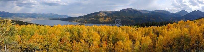 全景秋天Mountain湖视图 免版税图库摄影