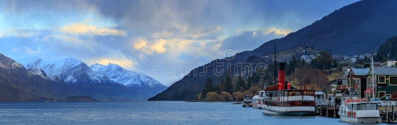 全景美丽风景湖wakatipu昆斯敦南岛新西兰 图库摄影
