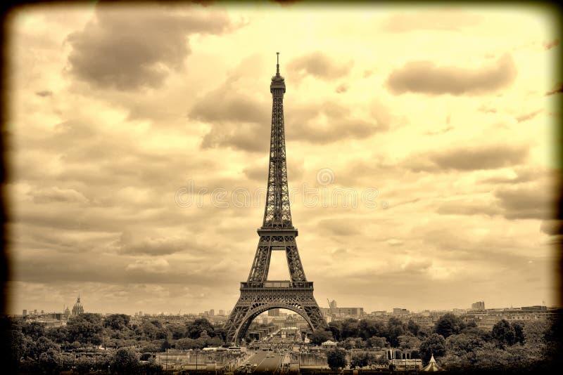 全景艾菲尔铁塔在巴黎 葡萄酒视图 减速火箭的样式 库存图片