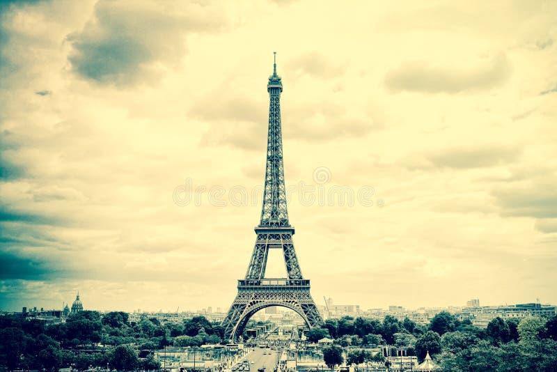全景艾菲尔铁塔在巴黎 葡萄酒视图 游览埃菲尔老减速火箭的样式 免版税图库摄影