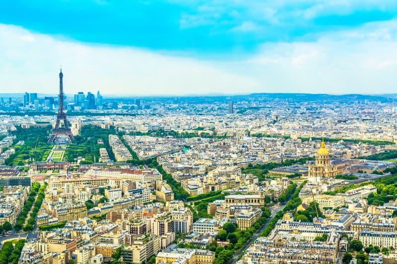 全景艾菲尔铁塔在从高度的巴黎在与蓝天的一个晴天 免版税库存图片