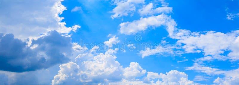 全景蓝天云彩 并且在夏时美好的背景中雨云  免版税库存照片