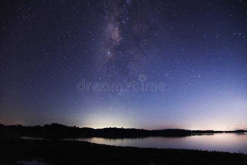 全景视图宇宙银河星系空间射击与星的在一个夜空和湖在背景中 库存照片