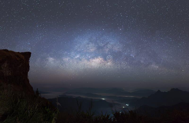 全景视图宇宙银河星系空间射击与星的在一座夜空和山在背景中 图库摄影