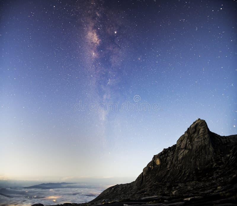全景视图宇宙银河星系空间射击与星的在与南峰顶的暮色天空在基纳巴卢国立公园 图库摄影