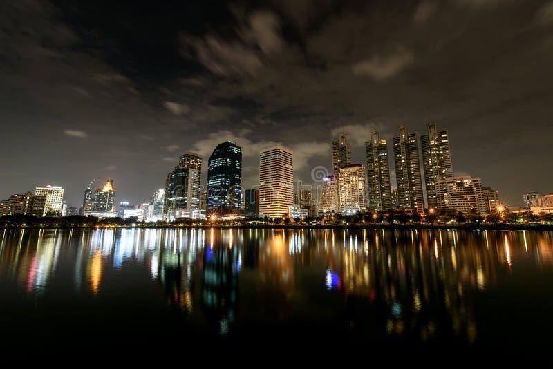 全景视图,在现代大厦的云彩流程夜空  免版税库存照片