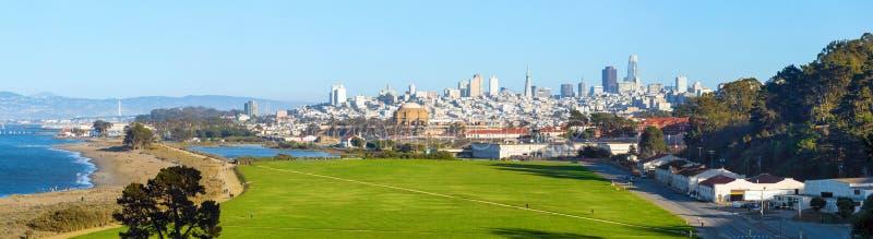 全景视图Crissy领域和旧金山街市地平线在背景,加利福尼亚,美国中 图库摄影