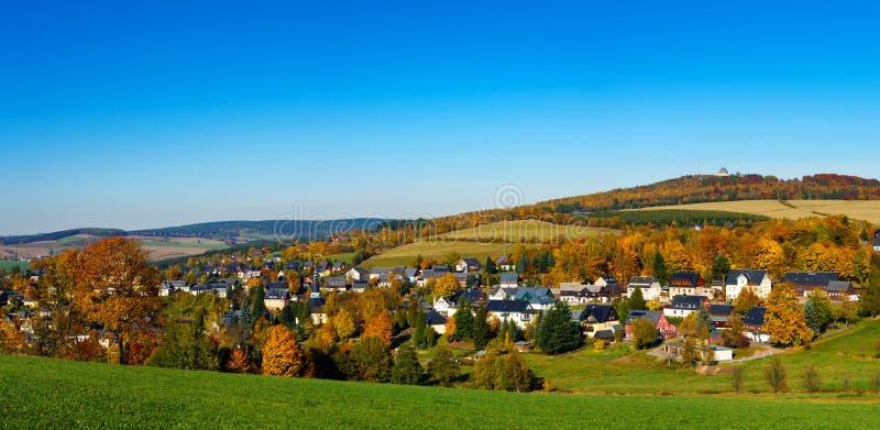 全景视图Seiffen在秋天 萨克森德国与蓝天的矿石山 免版税库存照片