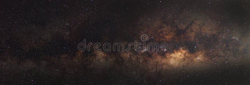 全景银河星系,长的曝光照片,与五谷 免版税库存图片