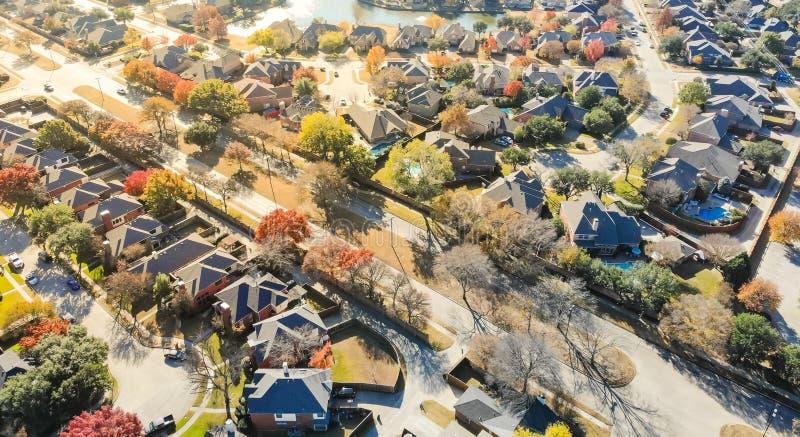 全景顶视图五颜六色的湖边城市延伸住宅ar 免版税库存照片