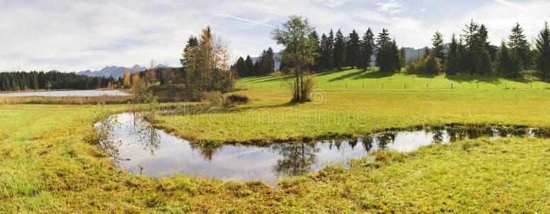 全景风景在有小小河的巴伐利亚 免版税库存照片