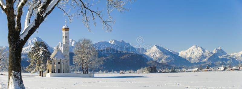 全景风景在有山的巴伐利亚在冬天 免版税库存照片