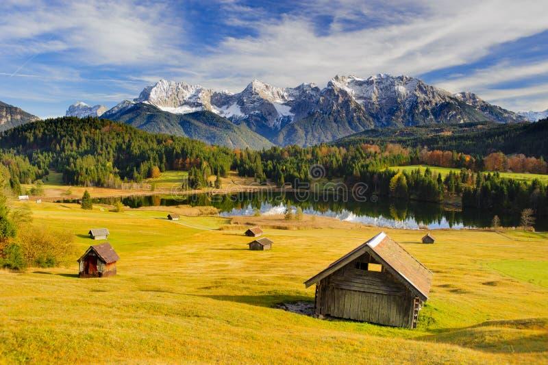 全景风景在有湖和山的巴伐利亚 免版税库存照片