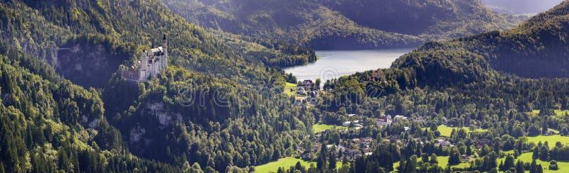 全景风景在有著名城堡的新天鹅堡巴伐利亚在阿尔卑斯山 免版税库存图片
