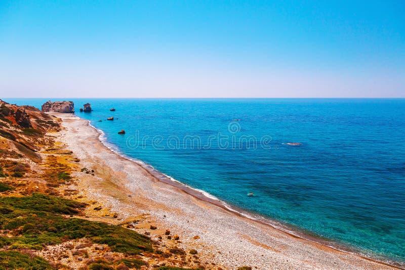 全景风景Petra tou Romiou (岩石希腊语),美之女神的传奇出生地在帕福斯,塞浦路斯海岛, 库存图片