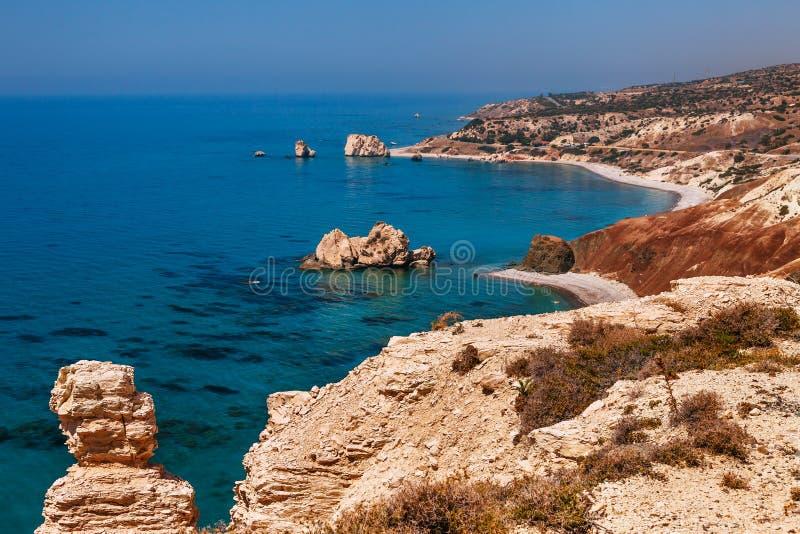 全景风景Petra tou Romiou (岩石希腊语),Aphrodite& 39;s传奇出生地在帕福斯,塞浦路斯海岛, 免版税库存图片
