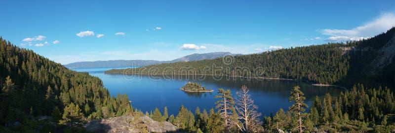 全景鲜绿色海湾太浩湖加利福尼亚 库存图片