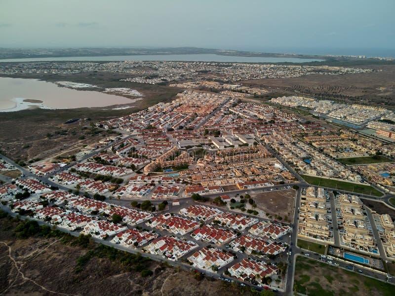 全景鸟瞰图托雷维耶哈和盐湖 西班牙 免版税库存照片