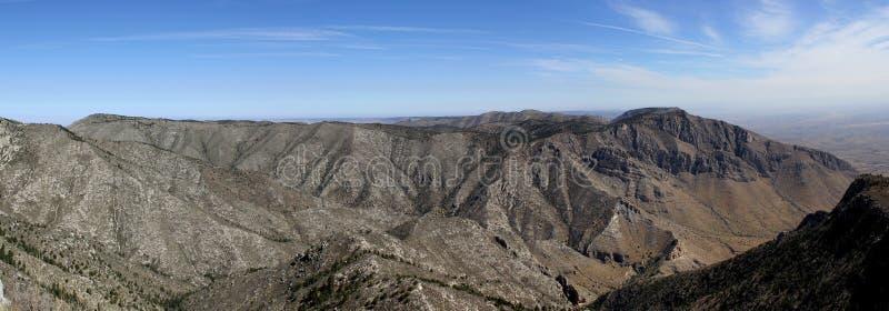 全景:在瓜达卢佩河山Nationalpark的贫瘠和稀稀落落的山风景在得克萨斯 免版税图库摄影