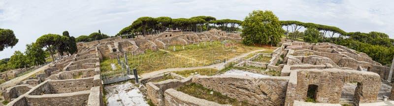 全景-挖掘废墟180度在奥斯蒂Antica -从Decumanus最大值到海王星热量浴与 库存图片