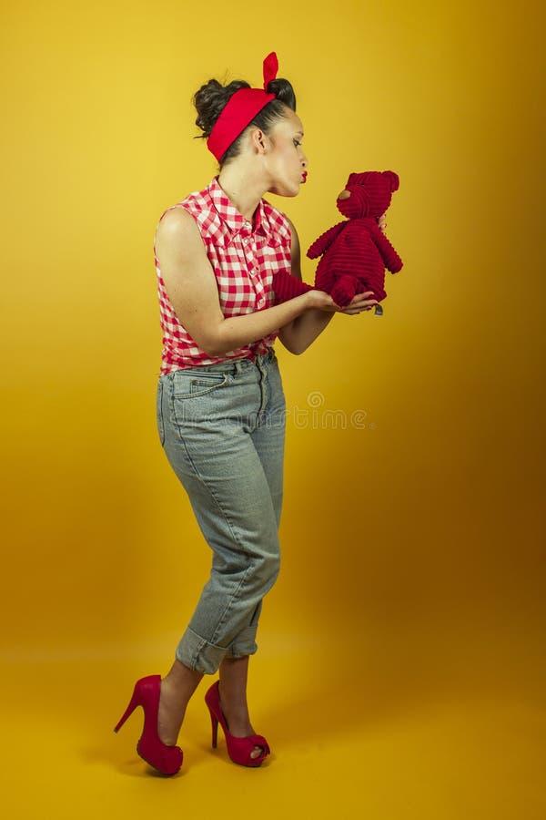 全景画象美丽的别针与逗人喜爱的红色玩具熊 图库摄影
