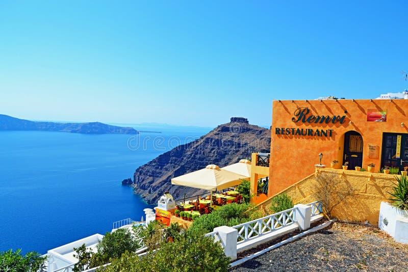 全景clifftop餐馆圣托里尼海岛希腊 库存图片