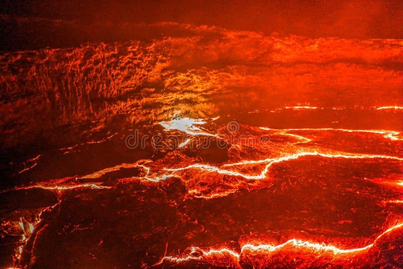 全景Erta强麦酒火山火山口,熔化的熔岩, Danakil消沉,埃塞俄比亚 库存图片