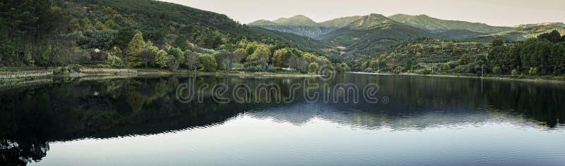 全景Gredos山的一个湖,在阿维拉,西班牙 图库摄影