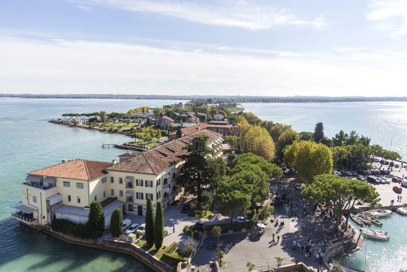 全景sirmione视图 在历史镇西尔苗内的全景鸟瞰图半岛的在Garda湖,伦巴第,意大利 库存照片