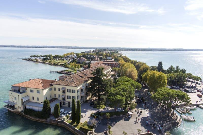 全景sirmione视图 在历史镇西尔苗内的全景鸟瞰图半岛的在Garda湖,伦巴第,意大利 库存图片
