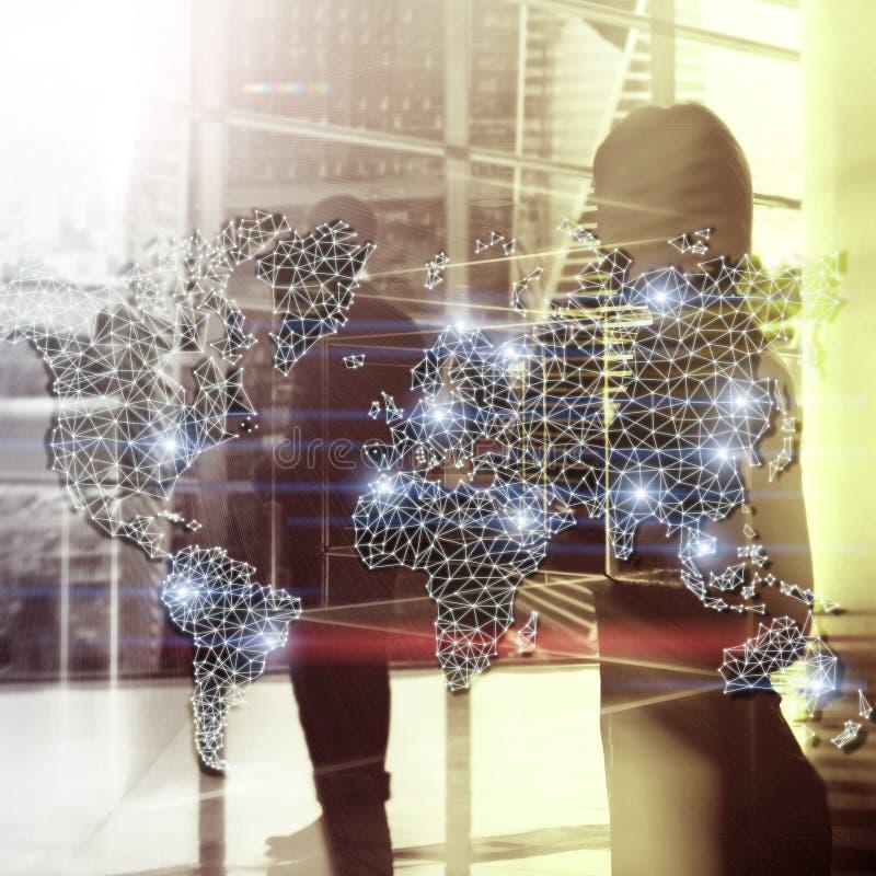 全球性世界地图两次曝光网络 电信、国际企业互联网和技术概念 免版税图库摄影