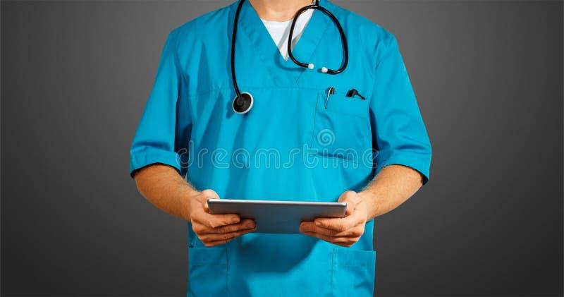 全球性医学和医疗保健的概念 使用数字式片剂的无法认出的医生 诊断和现代技术在黑色 免版税图库摄影